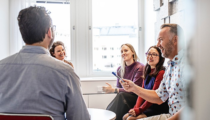 grupp-diskuterar-och-hjälper-varandra